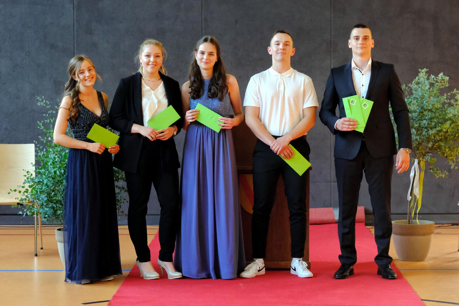 (Maik Uhlig, La-Photo.de): Preisträgerinnen und Preisträger der 13-3; Milena Huser (Scheffelpreis, li), Marcel Schwörer (bester Durchschnitt, weitere Sonderpreise, re)