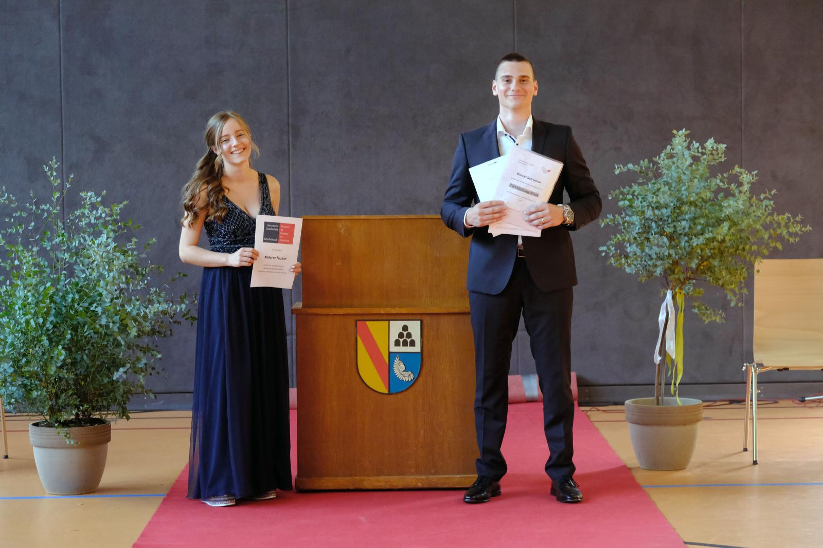 (Maik Uhlig, La-Photo.de): Scheffelpreisträgerin Milena Huser (li), Marcel Schwörer (re) bester Abiturdurchschnitt, Carl-Helbing-Preis, Goethe-Preis, Ökonomie-Schulpreis Südwestmetall